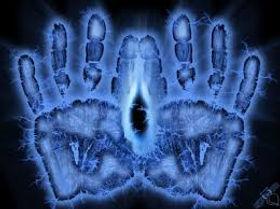Nous sommes des êtres énergétiques. Ce n'est pas un postulat ésotérique. En Asie, les traditions médicales et spirituelles appréhendent cette réalité, les premières en repérant la circuiterie invisible du corps humain désignée par les méridiens ou les chakras, les secondes en insistant sur la nécessité de contrôler ses désirs, ses pensées et le brouhaha du mental pour accéder à plus de clarté d'esprit. Cet état se traduit chez les méditants expérimentés par d'importants changements électromagnétiques dans le cerveau. Ils génèrent des fréquences si inhabituelles que les premiers scientifiques à les avoir mesurées en laboratoire ont cru à un défaut de leurs appareils!    Nos pensées, nos émotions, notre état physique et les atteintes qu'il subit, tout cela concourt à créer notre état énergétique. Valérie ALEGRE Hypnose Psycho-énergétique 78