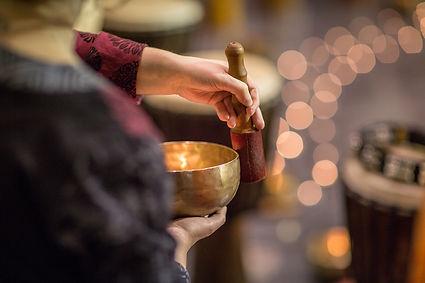 Les bols chantants tibétains sont bien connus de tous ceux qui s'intéressent à la culture tibétaine et au bouddhisme.  Cette technique de thérapie est utilisée depuis des millénaires dans la région de l'Himalaya et dans d'autres parties d'Asie. Employée enméditation, elle fait appel aux sons et à leurs vibrations pour agir sur notre corps. Massage aux Bols Tibétains Hypnose énergétique 78 Valérie ALEGRE Juste Bien