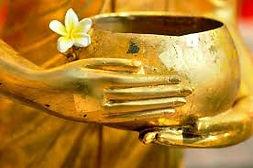 L'HARMONIE DES VIBRATIONS    L'efficacité des bols tibétains est d'abord liée à un constat : si vous placez un baffle près d'un verre d'eau à une certaine fréquence, les vibrations provoquées par la musique vont faire bouger l'eau. Or, notre corps est principalement constitué d'eau. C'est sur elle que les bols vont jouer.    La pratique des bols tibétains repose sur la conviction que le stress et les énergies négatives amènent de mauvaises vibrations dans notre corps. Malheureusement, ces vibrations ne font pas que passer dans notre corps, nos cellules les emmagasinent.    Une savante manipulation des bols agira sur l'eau que contient notre corps. L'eau transmettra alors ses vibrations à nos cellules, qui finiront par vibrer au rythme du chant du bol. Ainsi, notre organisme se synchronisera avec les sons et les vibrations du bol. L'objectif est de faire disparaîtreles mauvaises vibrations pour rétablir l'ordre et l'équilibre. Massage aux Bols Tibétains