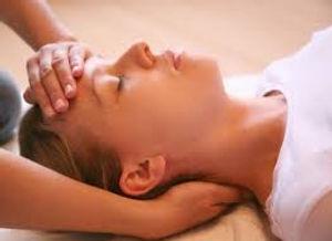 Sur le plan psychologique, le Reiki plonge le patient dans un état de relaxation profonde bénéfique en cas de déprime, de stress, d'anxiété…  Les vertus du Reiki se rapprochent de celles de la méditation dont on sait aujourd'hui qu'elle améliore significativement l'état de santé physique et mental.   Sur le plan physique, il calme la douleur, renforce le système immunitaire et aide le corps à combattre les maladies. Valérie ALEGRE Hypnose Pyscho-énergétique Juste Bien 78