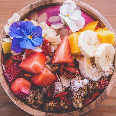 Our pink dragon fruit bowl 🍓🍌🥥🍯What