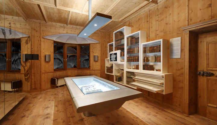 Digitalisat und Original in den Ausstellungsräumen des Pharmaziemuseums Brixen.