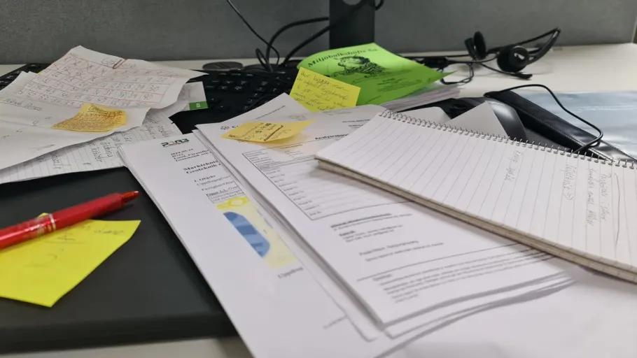 Rörigt skrivbord