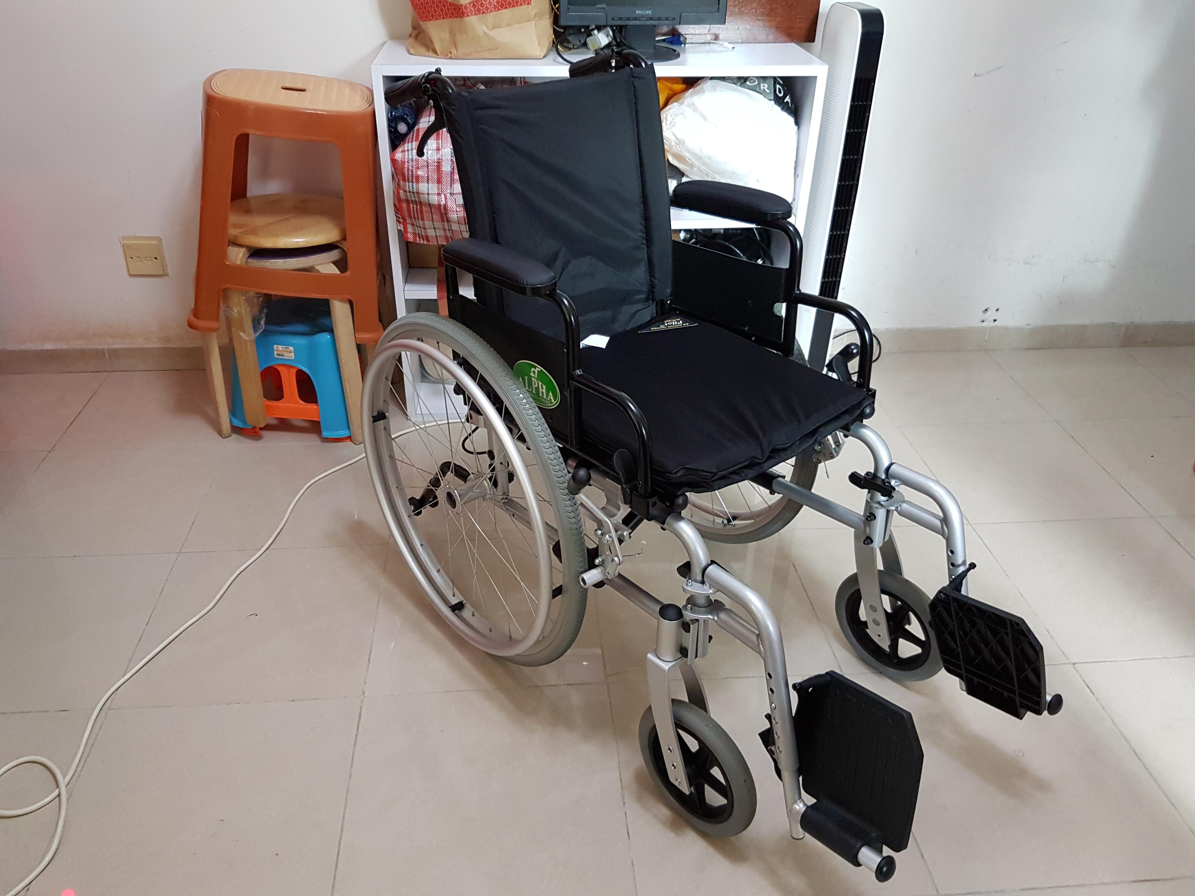 輪椅殘破磨蝕了的車