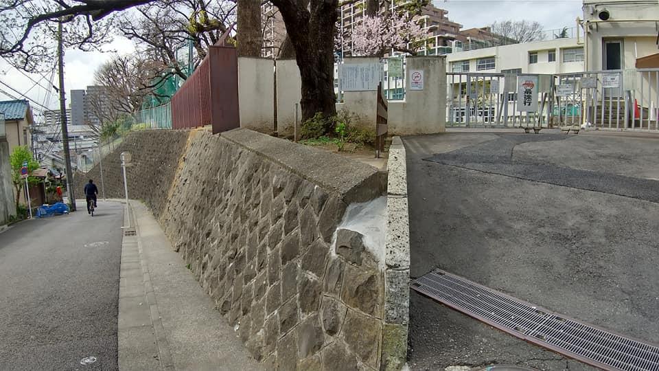 志村小学校正門前の坂道と擁壁