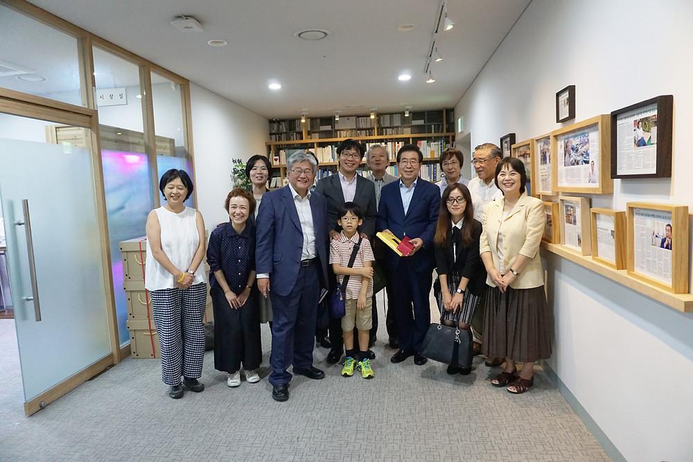社会文化学会夏季研究集会「韓国の〈いま〉を知る旅」(2018年8月20日〜23日)にくらデモの仲間と一緒に参加。写真はソウル市長の朴元淳さんを表敬訪問した時のもの。写真中央の子どもの肩に手を当てているのが和田悠さん。