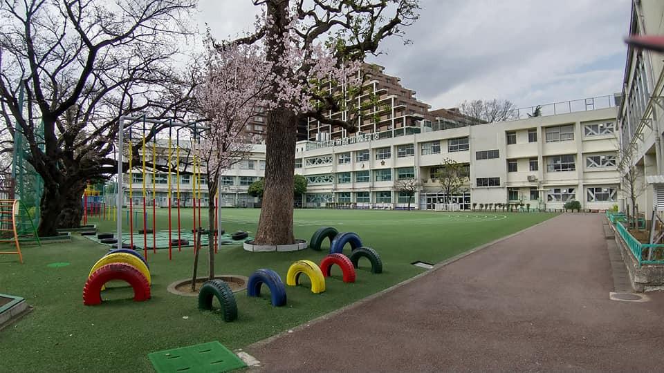 志村小学校の校庭と校舎