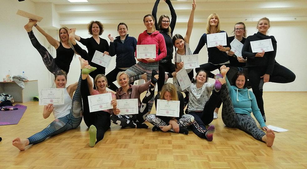 Yoga teens inštruktorji 2019.jpg