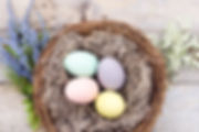 Barevné vejce v koši