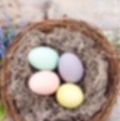 Bunte Eier im Korb