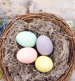 Красочные яйца в корзине