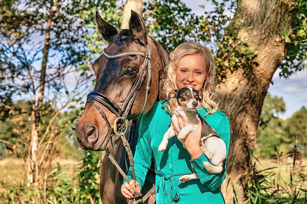 Nainen hevosen ja koiran kanssa