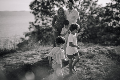 Perhe, perhekuvaus helsinki espoo vantaa, lifestylekuvaus helsinki espoo vantaa, lifestyle perhekuvaus ulkona miljöössä, valokuvaaja perhekuvaaja boheemi, helsinki  vantaa  espoo kerava järvenpää, miljöökuvaus helsinki espoo vantaa kerava järvenpää, lapsikuvaus helsinki espoo vantaa kerava järvenpää, sisaruskuvaus helsinki espoo vantaa kerava järvenpää, sisarukset, lapset, lapsikuvaaja helsinki espoo vantaa kerava järvenpää. perhekuvaus kotona, perhekuvaus studiolla, dokumentaarinen perhekuvaus helsinki espoo vantaa kerava järvenpää. mayfly visuals.