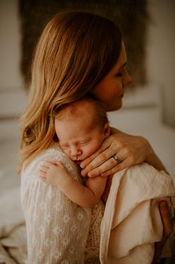 vastasyntyneen kuvaus helsinki espoo vantaa kerava järvenpää, vastasyntynyt, vauva, newborn, newborn kuvaus helsinki espoo vantaa kerava järvenpää, vauvakuvaaja, newborn kuvaaja, vauvakuvaus studiolla, vauvakuvaus perheen kotona helsinki espoo vantaa kerava järvenpää. studiokuvaus. äitiys äiti perhe. mayfly visuals.