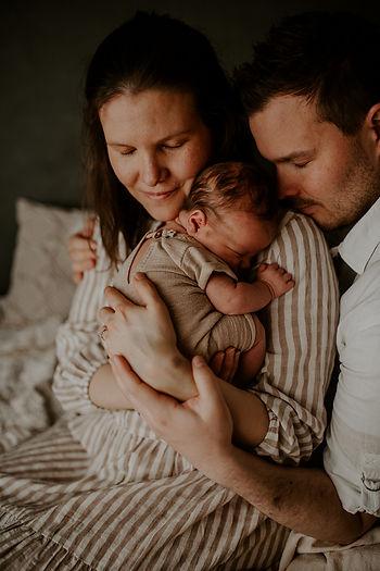 perhekuvaus perheen kotona, vauvakuvaus, newbornkuvaus, vastasyntyneenkuvaus