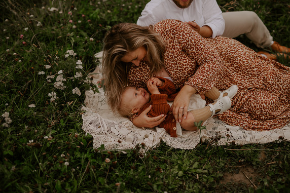 Odotus; Newborn; Perhe; odotuskuvaus helsinki espoo vantaa, odotusajan kuvaus helsinki espoo vantaa, raskauskuvaus helsinki espoo vantaa,  raskausajan kuvaus helsinki espoo vantaa,  odotusajan valokuvaaja helsinki espoo vantaa, vauvamasu kuvaus studiolla, studiokuvaus. odottava äiti raskaus vauva. odotusaika. maternity photography. maternity. äitiys. mayfly visuals.