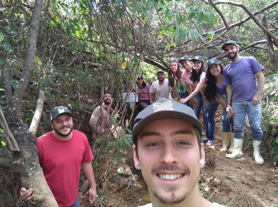 Equipe fazendo a limpeza do local