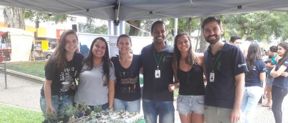 Membros e ex-membros da Floresta Jr. na arrecadação de doações