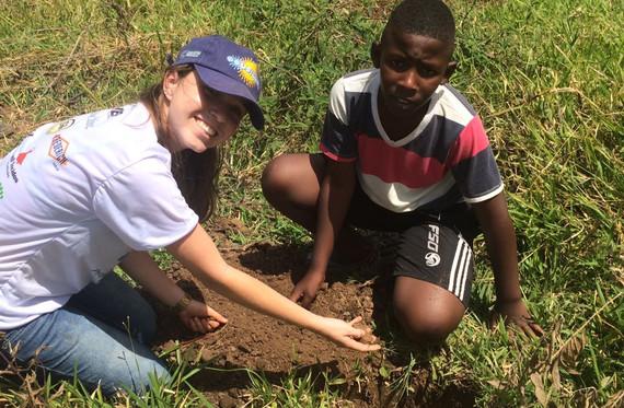Bruna ajudando a plantar