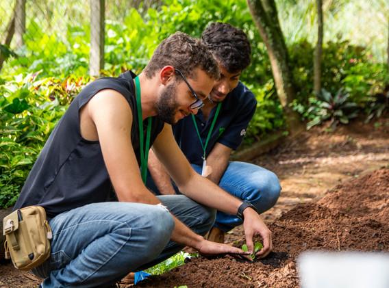 Fábio e pablo ajudando no plantio das hortaliças