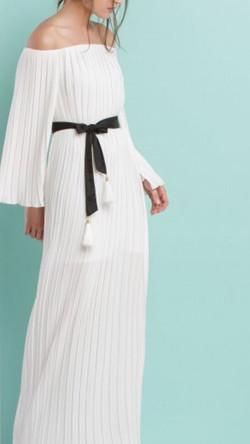 שמלת מעטפה לבנה בגימור שחור מתאימה ל