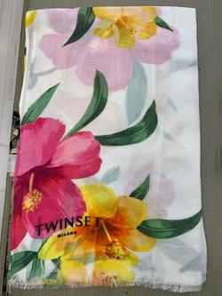 צעיף פרחים על רקע לבן מיקי שרוני הלבשה בהתאמה אישית