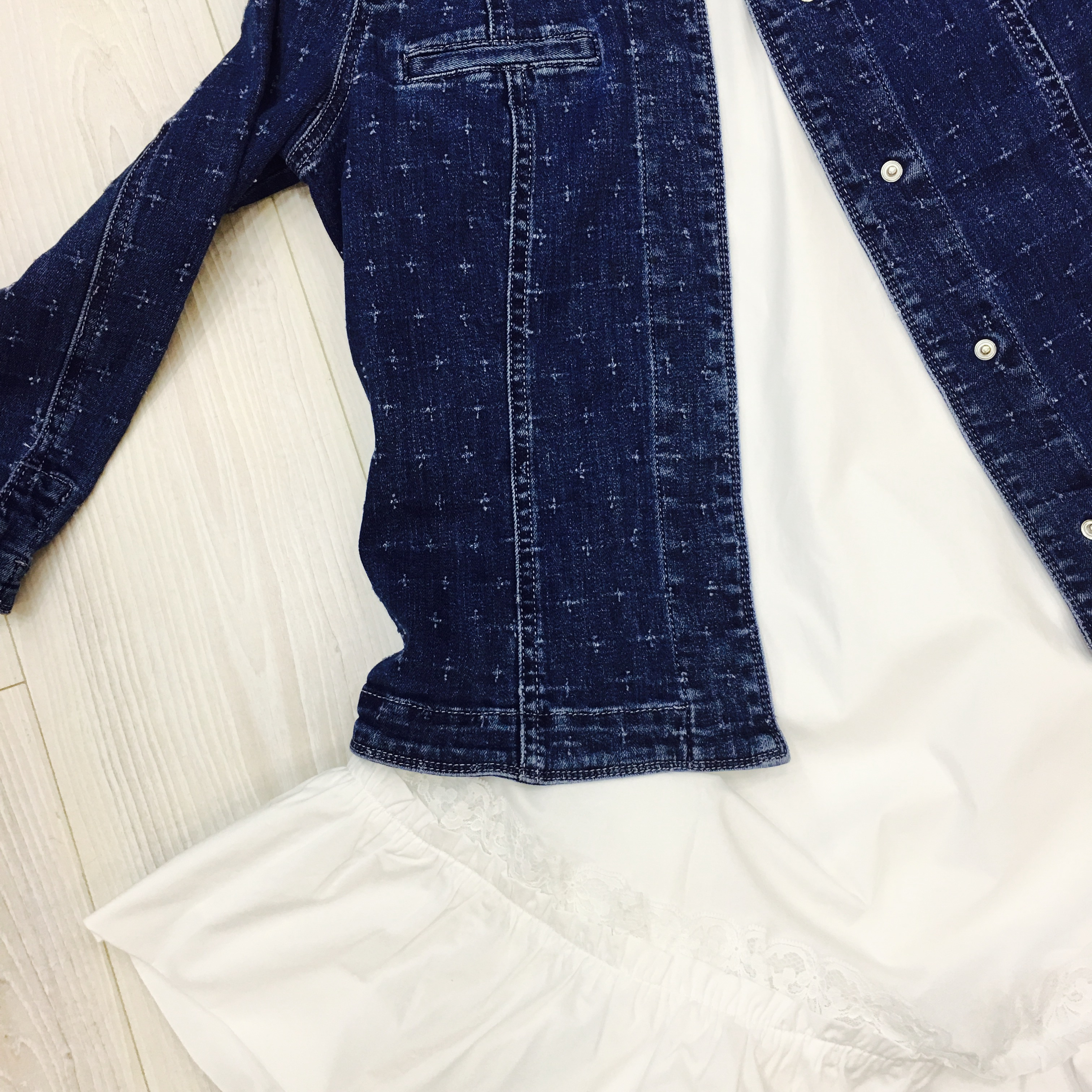 ז'אקט ג'ינס קליל ושמלה לבנה בשילוב ת