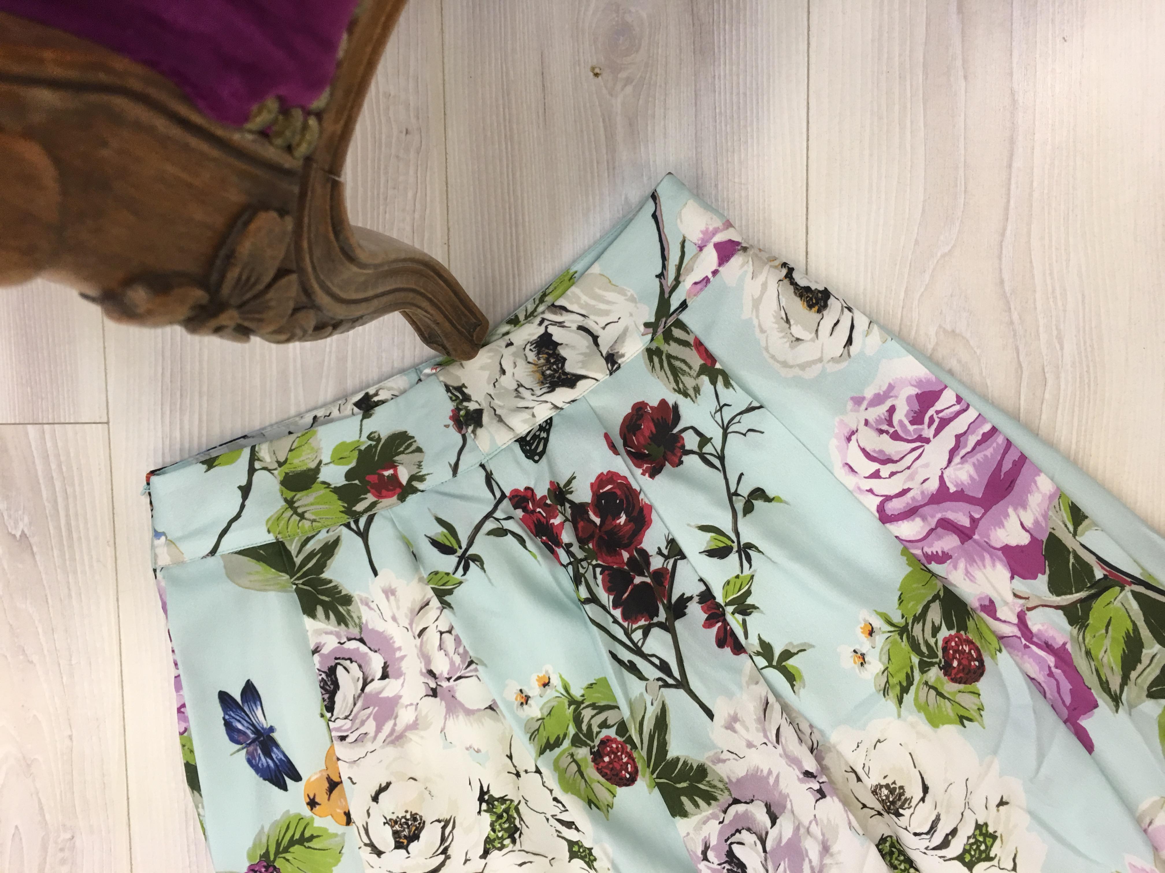 חצאית פרחים רחבה