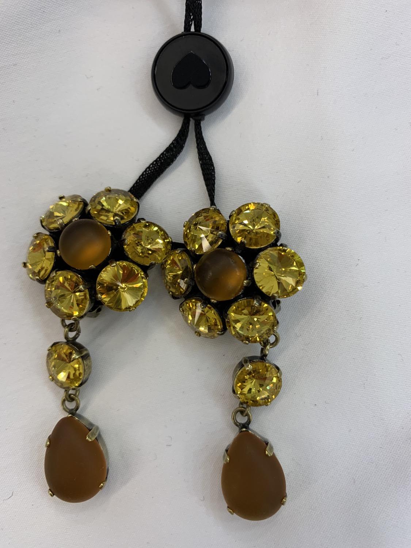 מיקי שרוני הלבשה בהתאמה אישית עגילי קליפס עם אבנים בגוון צהוב