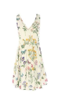 שמלת וי ופרחים על רקע קרם