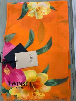 צעיף פרחים בגוון כתום על רקע כתום מיקי שרוני הלבשה בהתאמה אישית