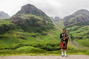 Scottish_Bagpiper_at_Glen_Coe,_Scotland_