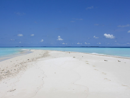 Maldives for a price of vacation in Greece? Read this complete guide on how to do it.