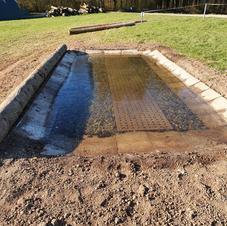 Wassergraben mit vers. Untergrund