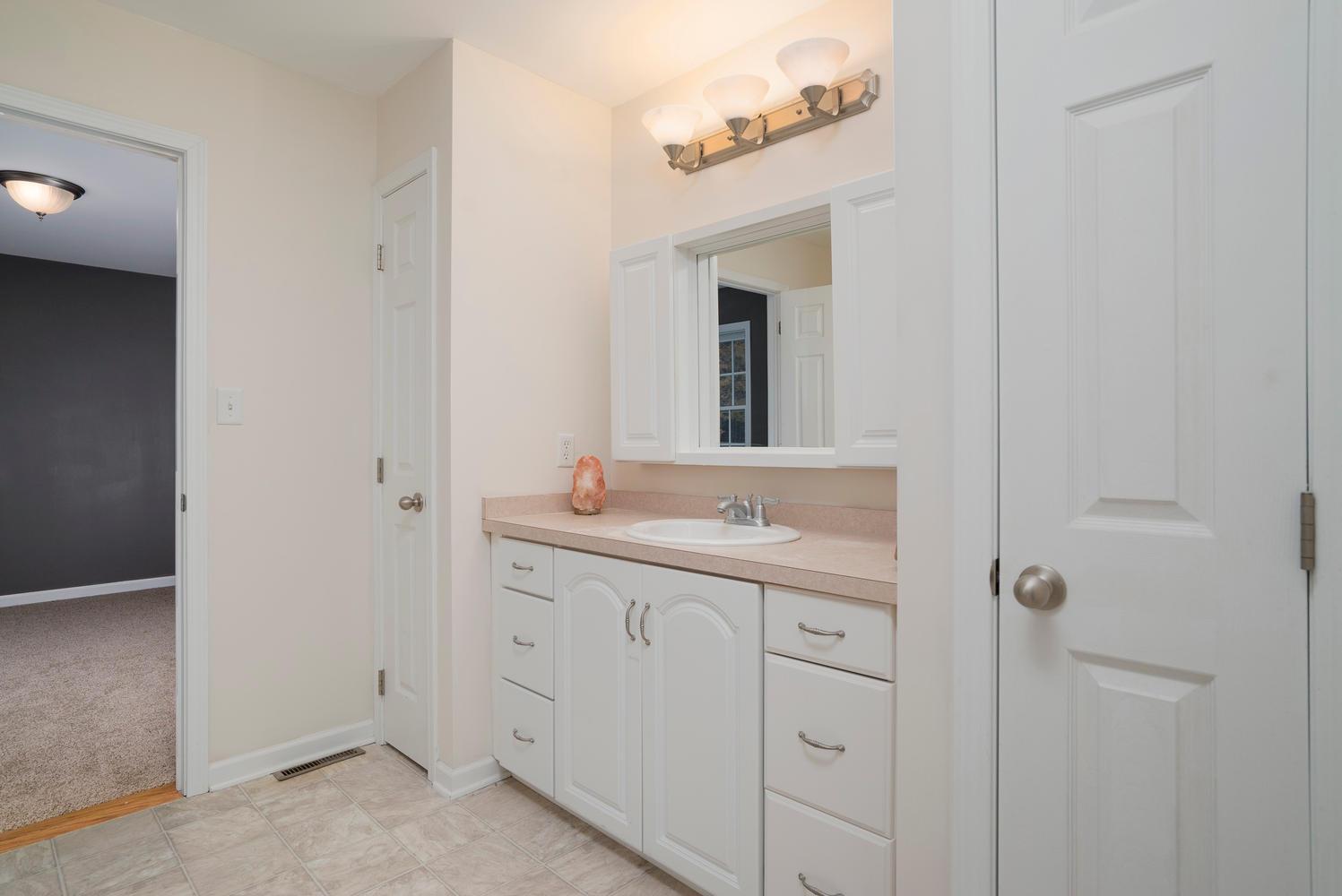 6142 Hillcroft Dr Boston NY-large-016-10-Bathroom-1498x1000-72dpi