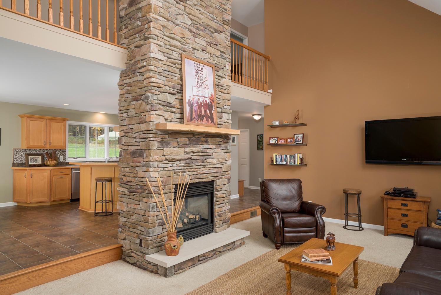 6142 Hillcroft Dr Boston NY-large-003-25-Living Room-1498x1000-72dpi