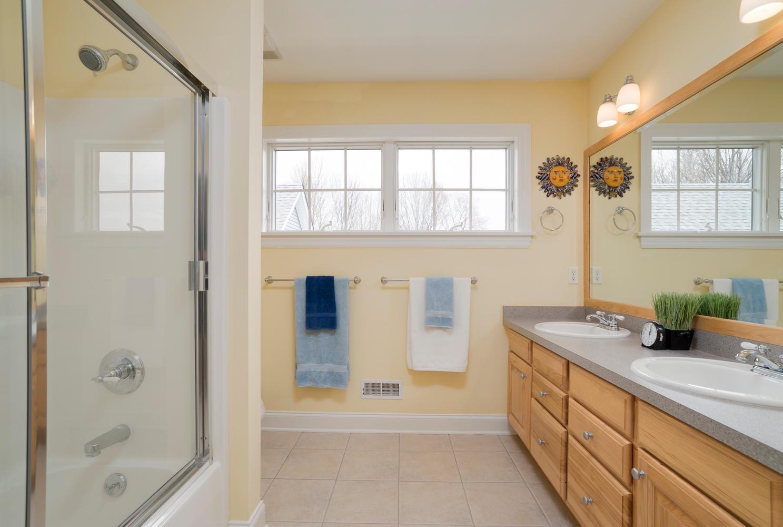 475 Porterville Rd East Aurora-large-018-13-Bathroom-1488x1000-72dpi
