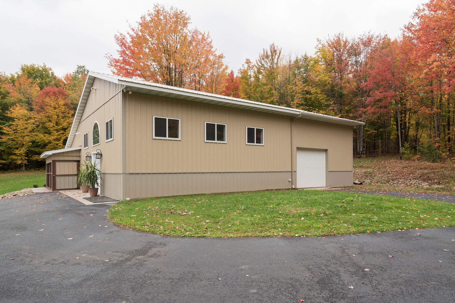 6142 Hillcroft Dr Boston NY-large-023-2-Barn-1498x1000-72dpi