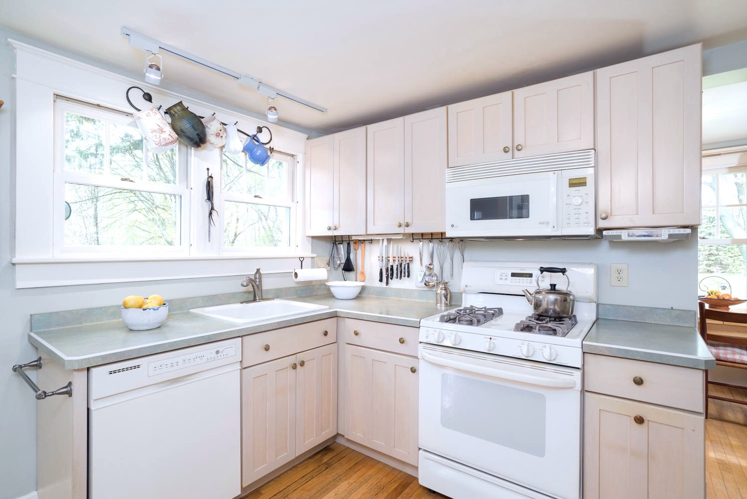 3011 W Blood Rd East Aurora NY-large-008-11-Kitchen-1498x1000-72dpi
