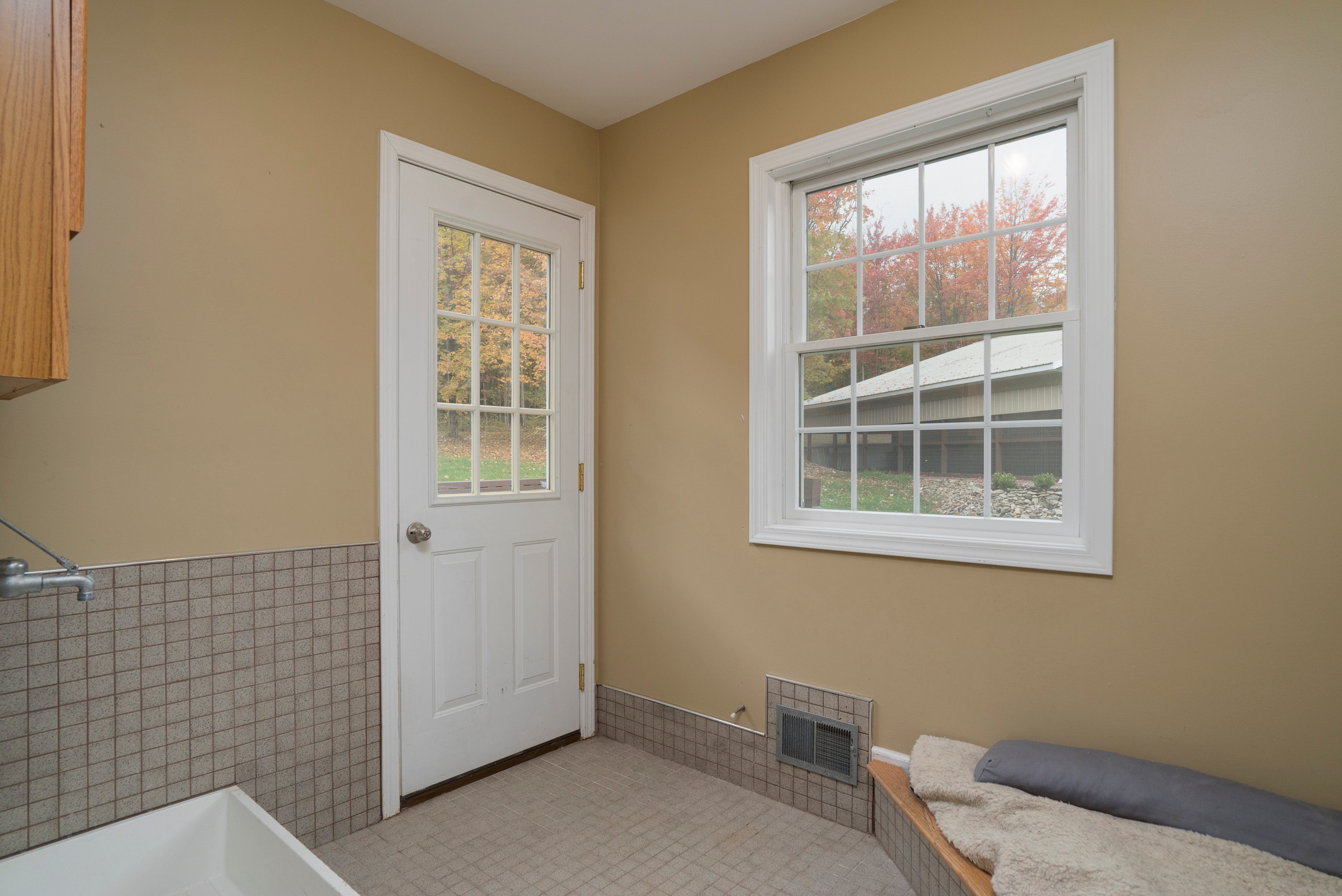 6142 Hillcroft Dr Boston NY-print-018-22-Mudroom-3000x2004-300dpi