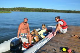 Unsere Hunde liebt es Boot zu fahren.