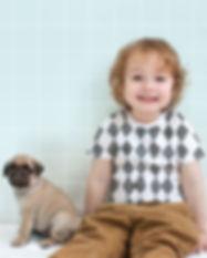 Garçon avec Pug Puppy