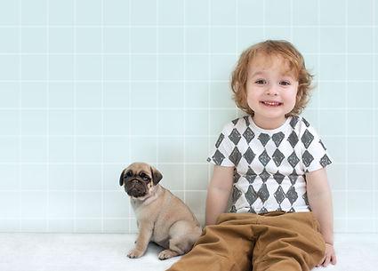 Chłopiec z Mops Puppy