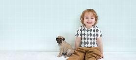 Junge mit Mops-Welpen