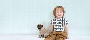 Menino com filhote de cachorro do Pug