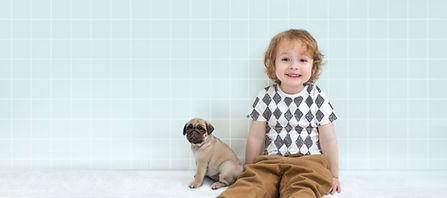 Jongen met Pug Puppy