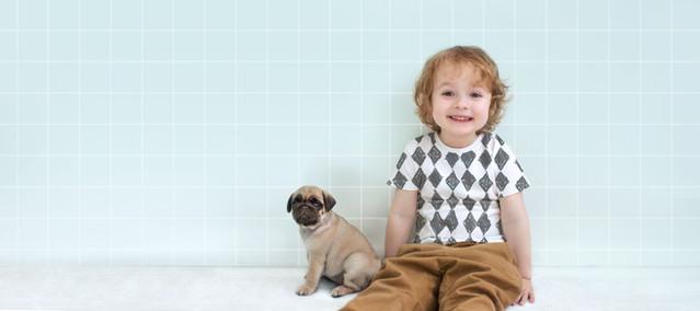 Ragazzo con il Pug Puppy