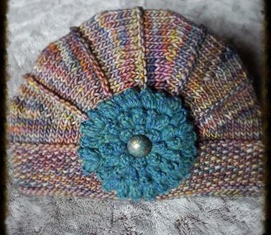 chapeau à fleur arc en ciel