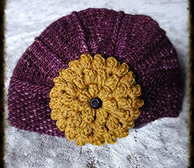 chapeau à fleur cramoisi