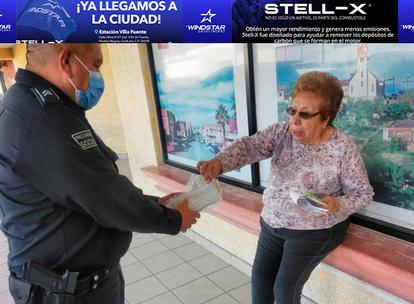 Policía Municipal de Agua Prieta reparte cubre bocas a la población